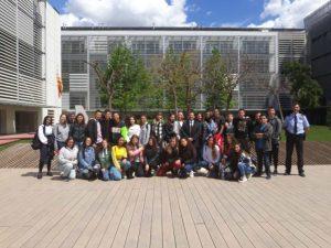 Los alumnos de ESERP posando junto a los Mossos d´Esquadra